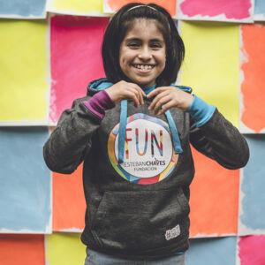 niña sonriendo usando buzo capucha funchaves