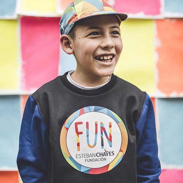 niño usando buzo cuello rendo gorra multicolor