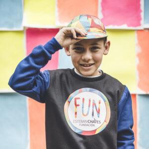 niño usando gorra de ciclismo fundacion